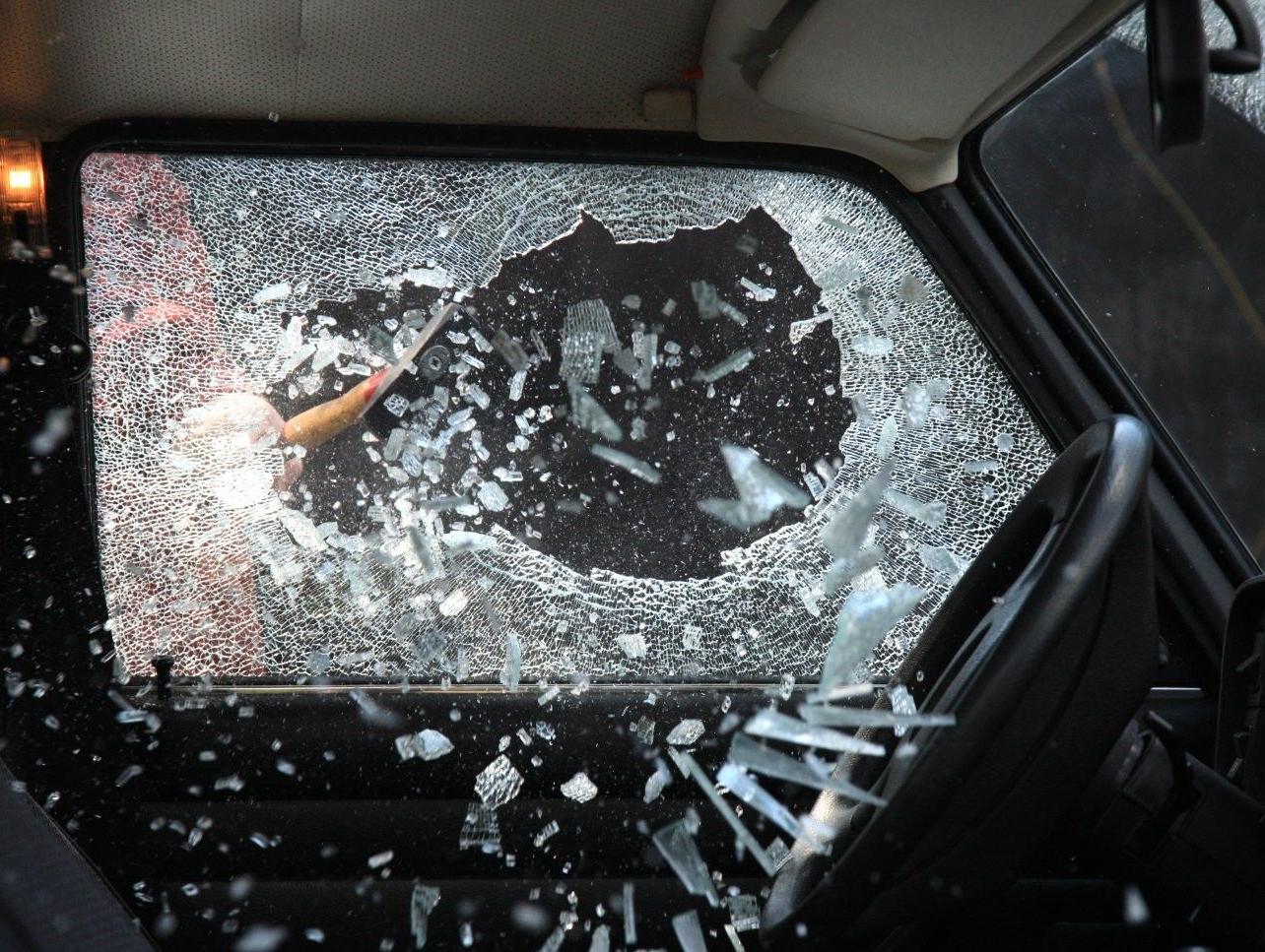 Что делать, если захлопнулась дверь в машину?
